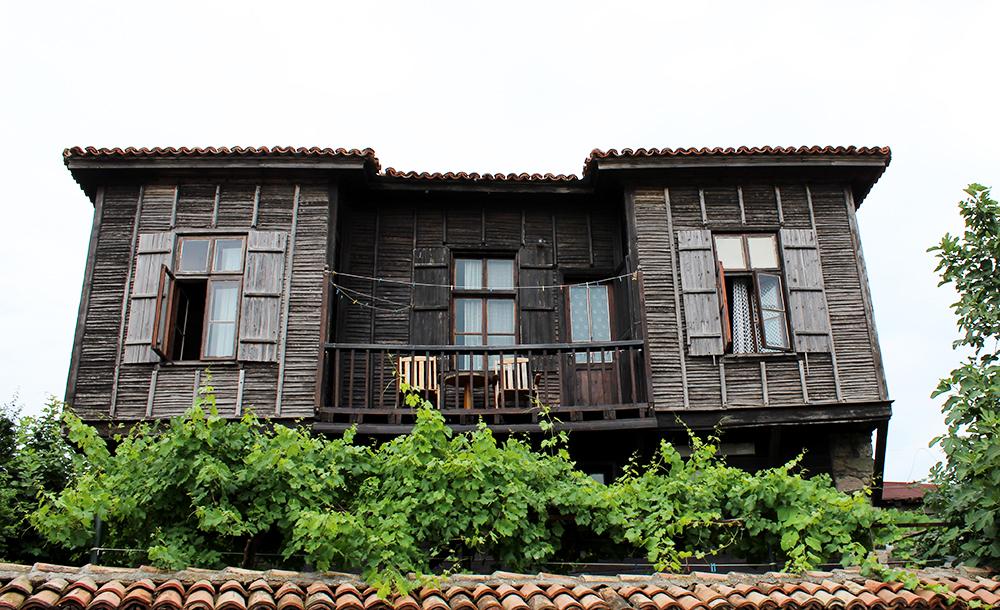 Talo Sozopolisssa. Sozopolissa on historiaa ja arkkitehtuuria.
